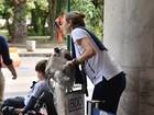 Grávida, Luana Piovani desembarca cheia de malas com o filho no Rio