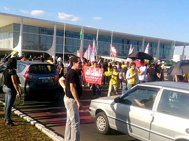 Servidores do Judiciário durante ato por recomposição de perdas inflacionárias, em frente ao Palácio do Planalto, em Brasília (Foto: Mateus Rodrigues/G1)