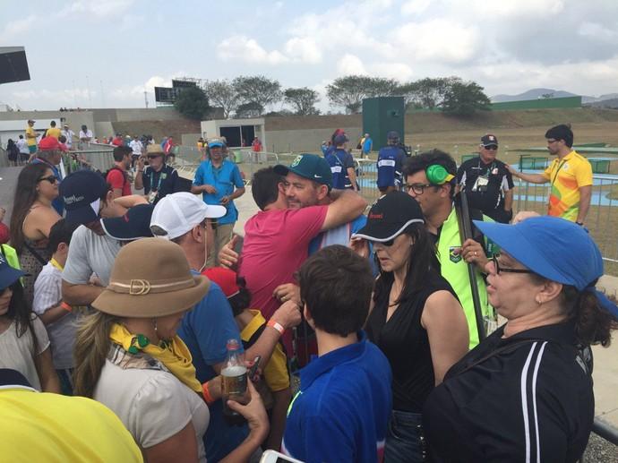 Roberto Schmits recebe o carinho dos torcedores na fossa olímpica e posa para muitas fotos (Foto: Raphael Marinho)