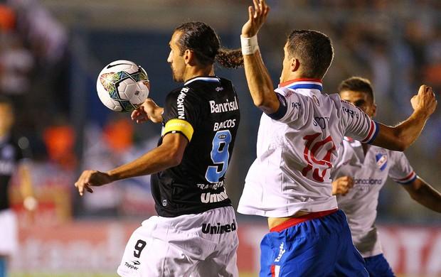 Barcos divide com jogador do Nacional (Foto: Lucas Uebel/Divulgação, Grêmio)