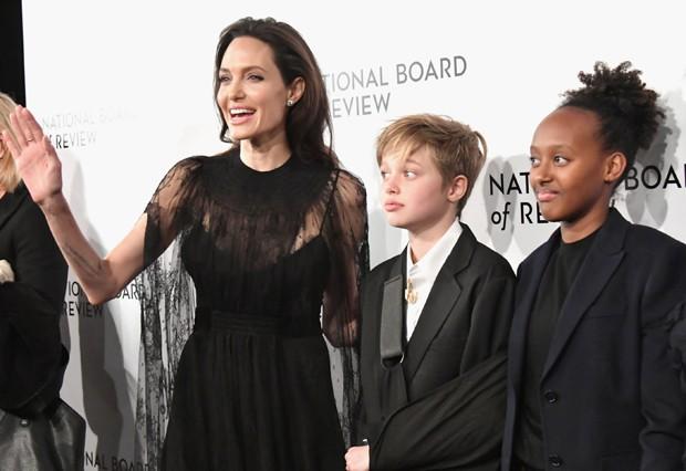 Angelina Jolie e as filhas Shiloh e Zahara (Foto: Getty Images)