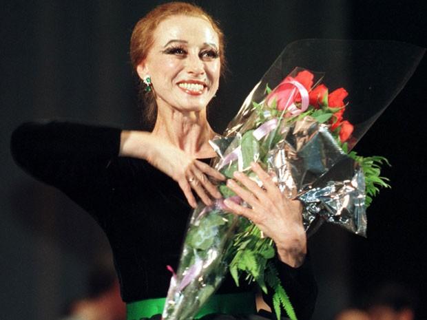 Em foto de 1998, a bailarina Maya Plisetskaya após apresentação em Kiev, na Ucrânia (Foto: Efrem Lukatsky/AP)