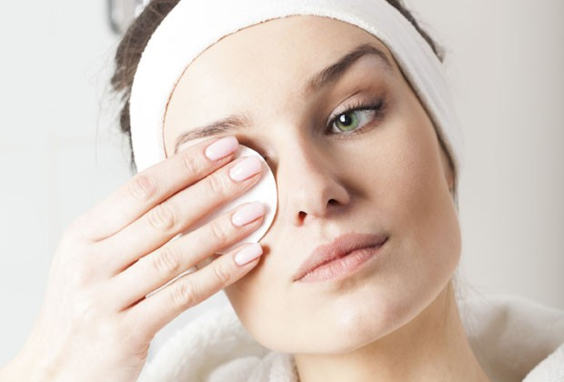 Pele limpa! 5 passos para remover a maquiagem corretamente ...