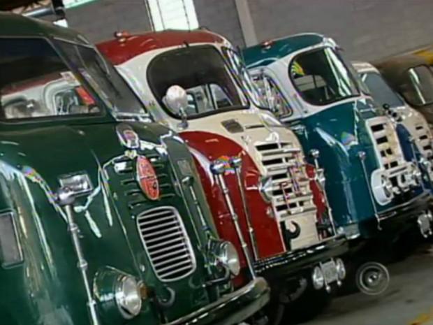 O empresário Osvaldo Strada tem 20 caminhões FNM restaurados. (Foto: Reprodução TV Tem)