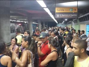 Plataforma da Estação Siqueira Campos ficou lotada com a interrupção do funcionamento da General Osório (Foto: Cosmo França / Divulgação)