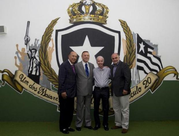 Estátua Zagallo Engenhão - Jose Maria Marin, Zagallo e Mauricio Assumpcao (Foto: CBF)