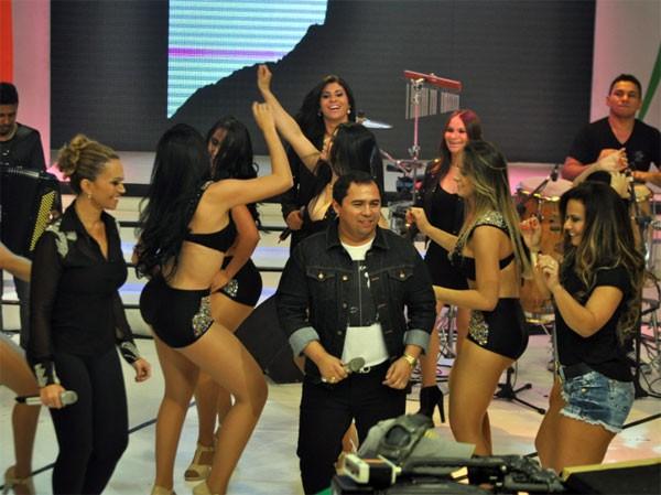 Viviane Araújo e Aviões do Forró em programa de televisão (Foto: Divulgação)