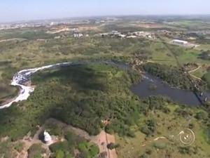 Voo mostra água escura e poluição no rio Tietê (Foto: Reprodução/TV TEM)