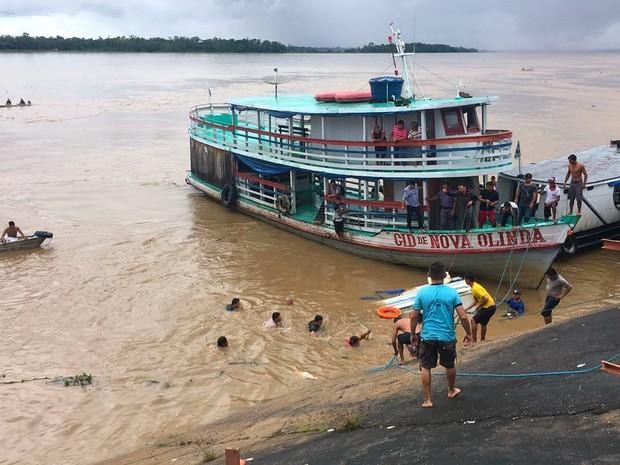 Naufrágio ocorreu nas proximidades do porto de Nova Olinda do Norte (Foto: Marilene Silva/Rede Amazônica)
