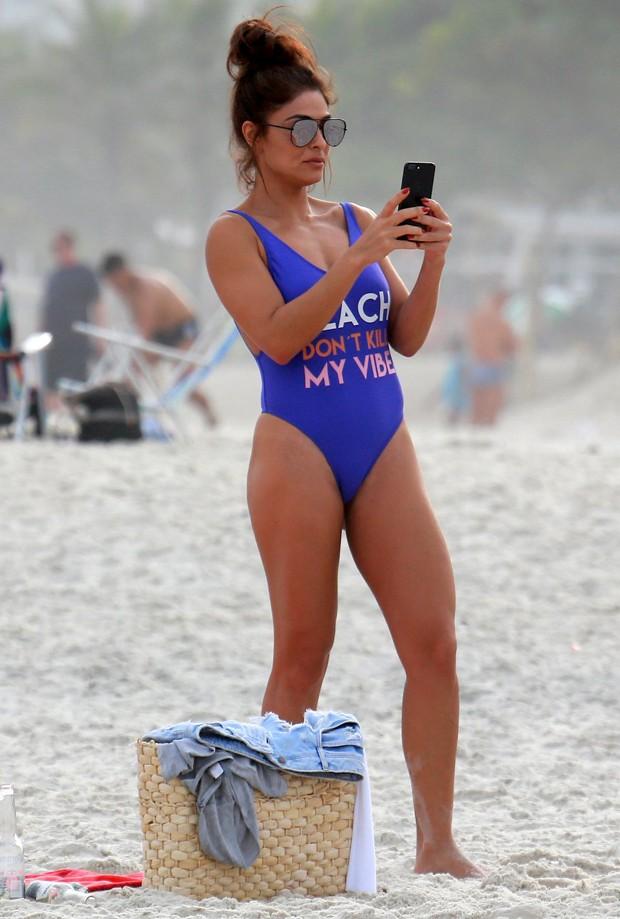 Juliana Paes elegeu modelo azul para dia de praia  (Foto: AG News)
