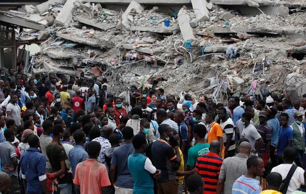 Destroços de prédio são vistos neste sábado (13) em Lagos, Nigeria (Foto: AP)