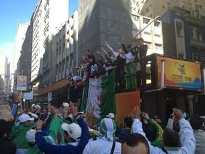Argelinos no trio elétrico: torcedores fazem a festa no Centro de Porto Alegre com direito a carro de som! (Foto: Rafaella Fraga/G1)