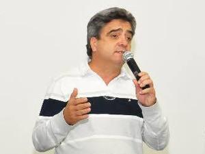 Prefeito de Caraguatatuba Antonio Carlos anunciou que desistiu de deixar o cargo (Foto: Reprodução/ Facebook)