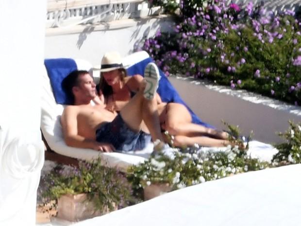 Tom Brady e Gisele Bündchen em psicina de hotel em Positano, na Itália (Foto: Grosby Group/ Agência)