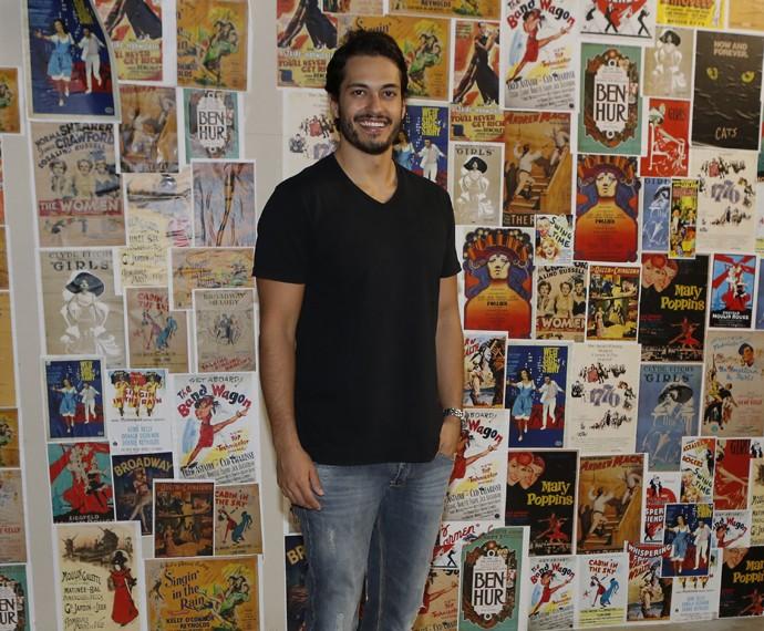 Raphael Viana na chegada do ensaio com uma das finalistas (Foto: Fábio Rocha/Gshow)