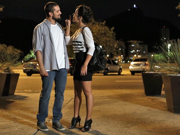 Maria Clara pergunta se Vicente ainda pensa em Cristina (Foto: Inácio Moraes/ Gshow)