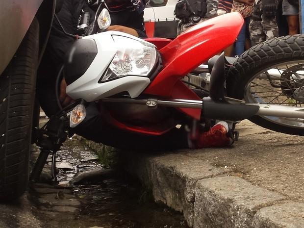 Depois de ser ferido, homem tombou com moto ao lado de carro (Foto: Artur Lira / G1)
