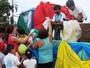 Crianças ganham presentes em festa organizada por homem com paralisia