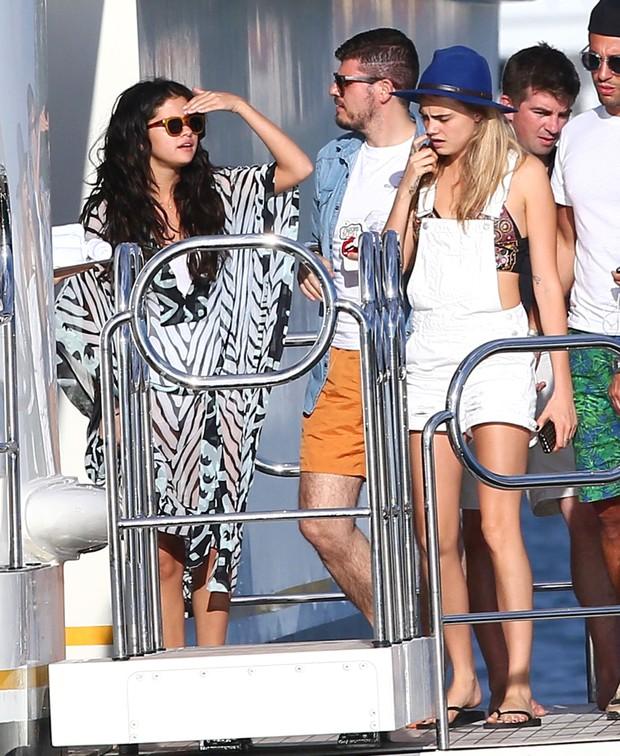 Selena Gomez e Cara Delevingne em Saint-Tropez, na França (Foto: Grosby Group/ Agência)