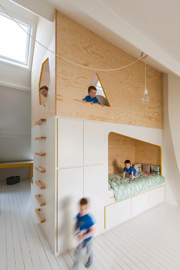 A estrutura de madeira em formato de casa divide o mesmo ambiente em dois quartos (Foto: Divulgação)