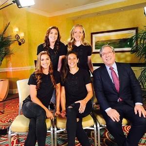 Jogadoras da seleção americana que representam colegas em ação por maiores salários (Foto: Facebook)