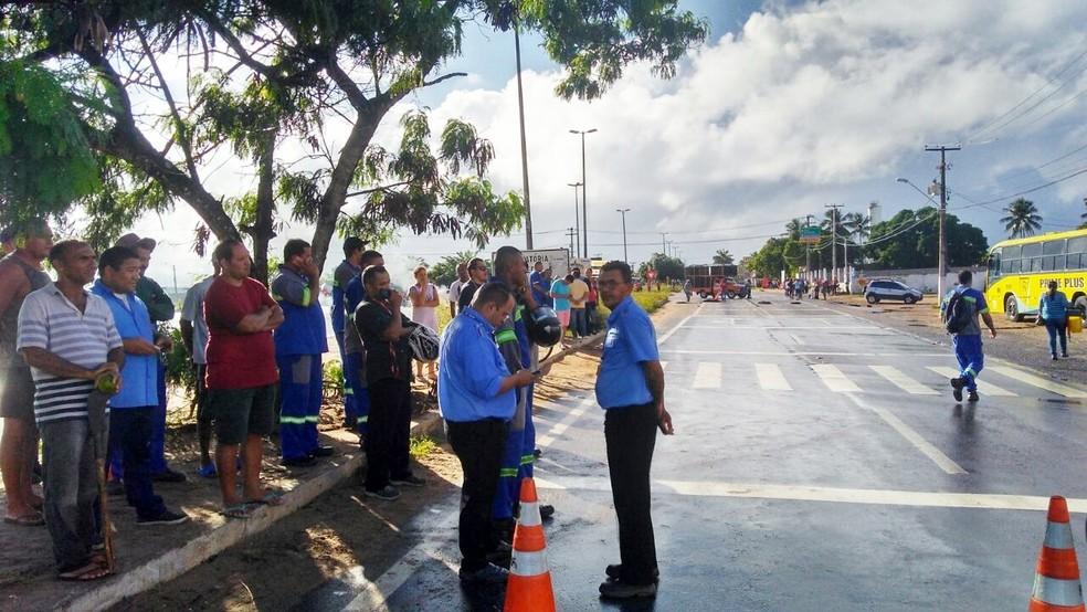 Manifestantes fecharam a passagem de veículos na rotatória da BR-406 com a BR-101 Norte (Foto: Marksuel Figueredo/Inter TV Cabugi)