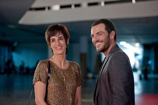Mariana Lima e Rodrigo Lombardi em cena do filme. Ele faz sua estreia em longa-metragem com 'Amor em Sampa' (Foto: Divulgação)