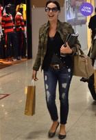 Look do dia: de jaqueta militar, Carolina Ferraz  arrasa em aeroporto