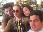 Claudia Raia tira selfie com filhos e namorado em Londres
