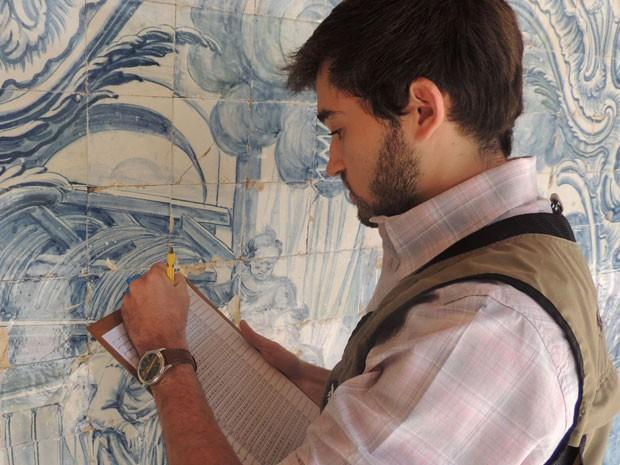 Yuri fez parte da primeira turma de arqueologia da UFPE e trabalha analisando azulejos históricos. (Foto: Vitor Tavares / G1)