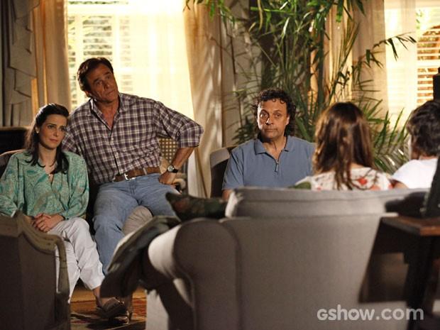 Família fica chocada com a novidade (Foto: Inácio Moraes / TV Globo)
