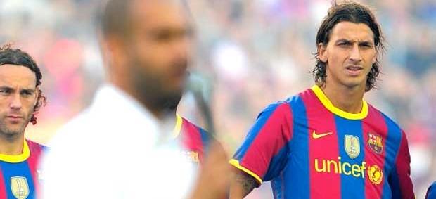 Ibrahimovic observando Pep Guardiola no Barcelona (Foto: AFP)