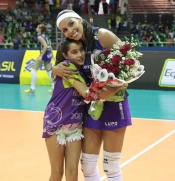 Paula Pequeno recebeu flores da filha Mel, de 10 anos (Foto: Felipe Costa / Ponto MKT)