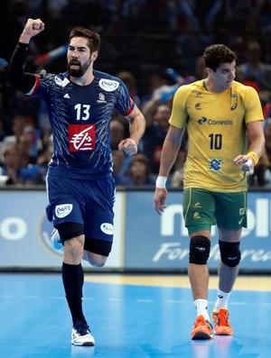 Nikola Karabatic comemora com Zé desolado atrás (Foto: Reuters)