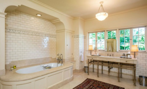 Um dos banheiros da casa (Foto: Reprodução)