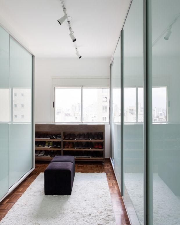 Cores neutras e décor moderno no dúplex do jovem solteiro em SP (Foto: Alessandro Guimarães)