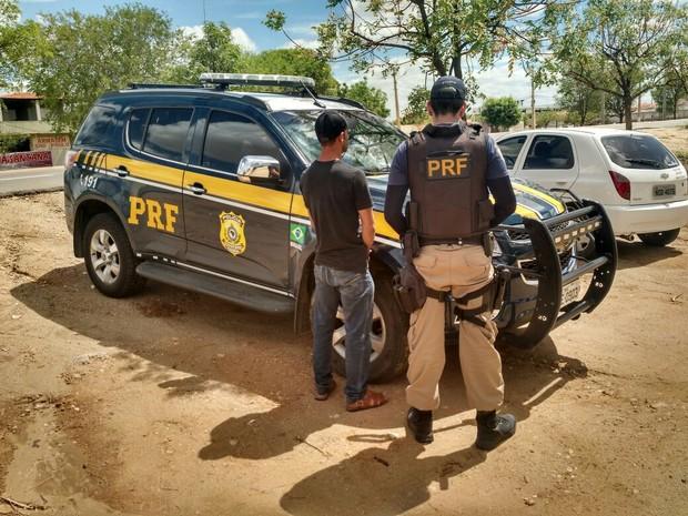 Homem foi preso durante fiscalização da PRF (Foto: Divulgação/Polícia Rodoviária Federal)