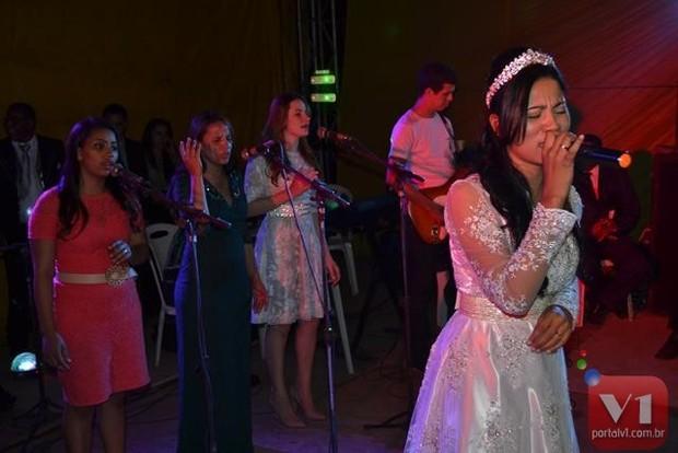Stefhany Absoluta se apresenta após o casamento (Foto: Divulgação/Sergio Alves Portal V1)