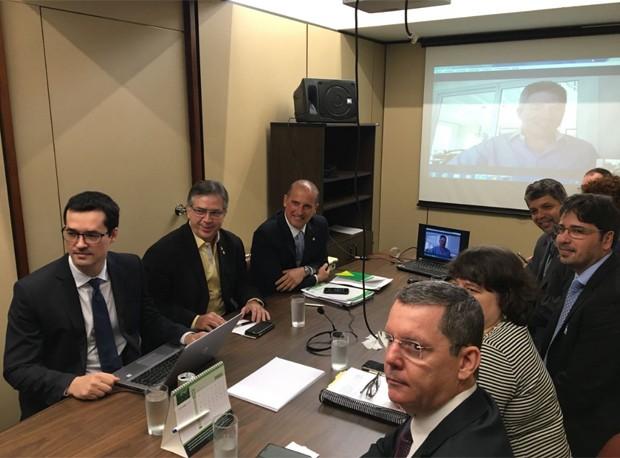 O procurador Deltan Dallagnol (à esquerda) durante reunião com deputados na Câmara (Foto: Bernardo Caram/G1)