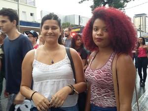 Amigas participaram da manifestação contra o aumento da passagem de ônibus em Mogi das Cruzes (Foto: Maiara Barbosa/G1)