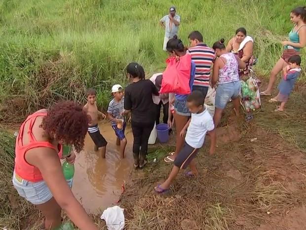 Moradores se arriscam pegando água em bica do Parque São Bento  (Foto: Reprodução/TV TEM)