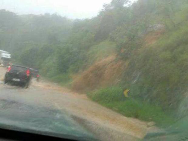 Enxurrada em trecho da rodovia Livio Tagliassachi, sentido São Roque (Foto: Tatiana Munhoz/Arquivo pessoal)