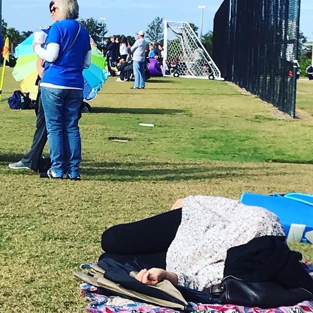 Mãe cochilando durante jogo  do filho (Foto: Reprodução Facebook)