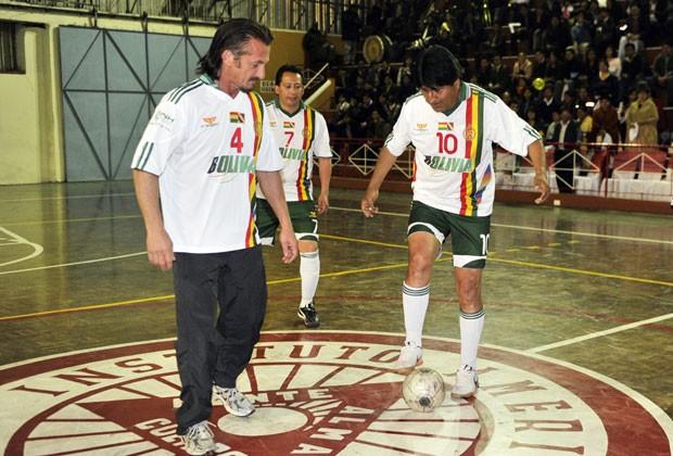 Sean Penn joga futebol com o presidente boliviano, Evo Morales, em visita ao país nesta terça-feira (30) (Foto: Aizar Raldes/AFP)