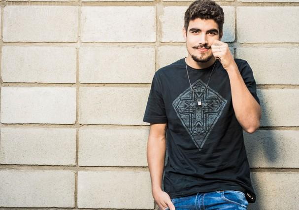 """Caio Castro revela: """"Minha avó que faz as minhas unhas e ela não tira nenhum bife!"""""""