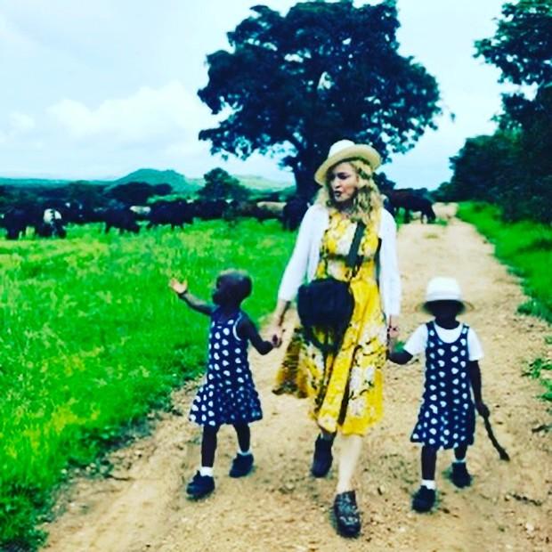 Madonna com as filhas gêmeas (Foto: Reprodução/Instagram)
