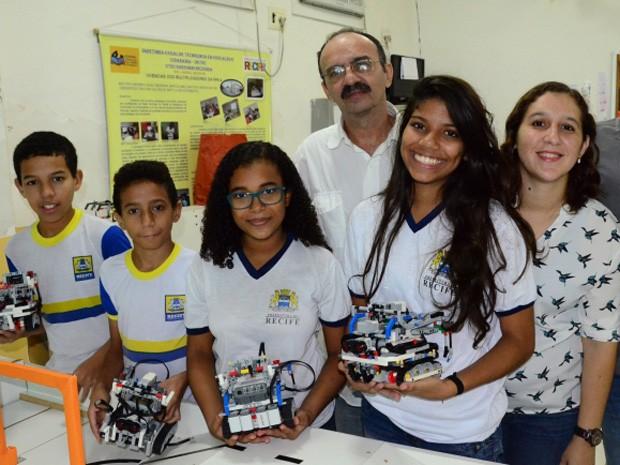 Alunos de Recife representarão o Brasil em campeonato de robótica (Foto: Carlos Augusto/PCR)
