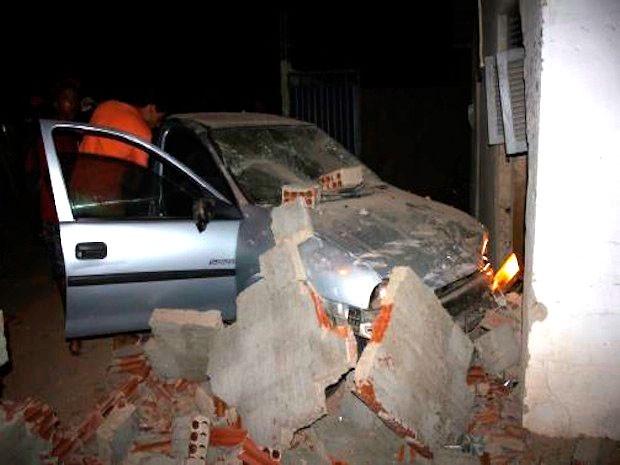 Carro derrubou o muro e invadiu a casa onde estava o idoso (Foto: Marcelino Neto/G1)