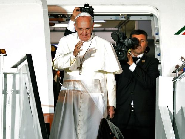 28/7 - Papa Francisco se despeda antes de embarcar de volta para o Vaticano (Foto: Evaristo Sá/AFP)