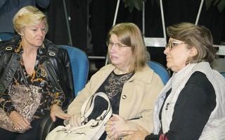 Velório Umberto Magnani - Ao centro da foto, esposa do ator é amparada pelas cunhadas. (Foto: Lucas Pereira/EGO)